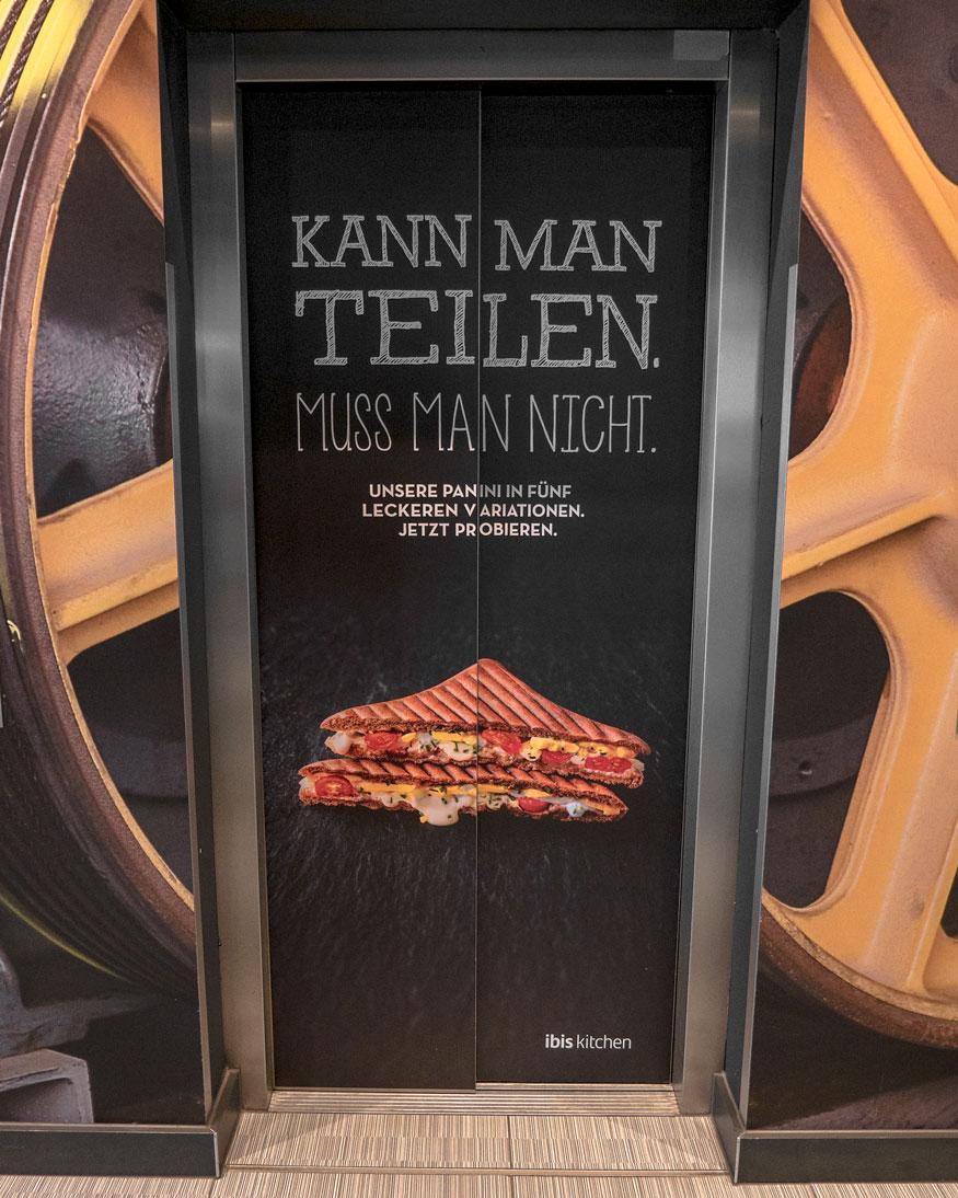 Aufzugfolierung für die Snack & drinks specials der ibis hotels designed von food and co by baum & garten