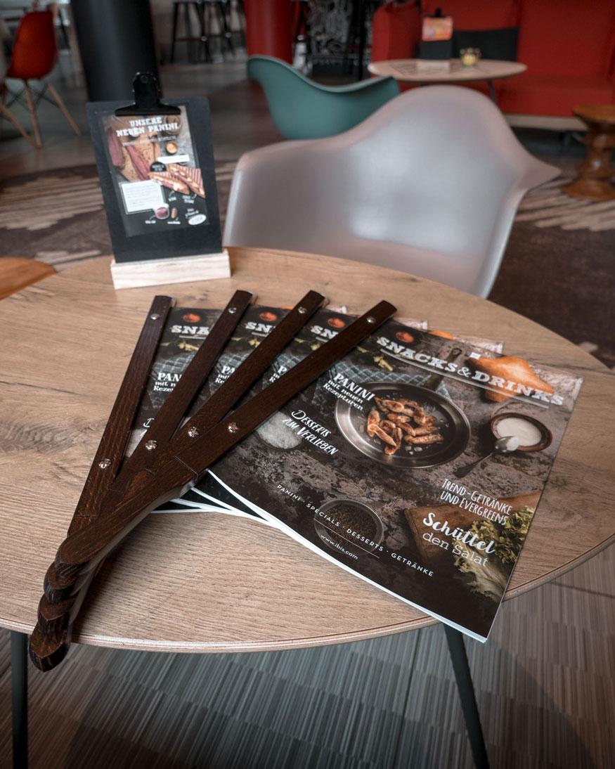 Snacks Speisekartenhalter aus Holz im ibis Hotel Frankfurt
